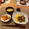 焼き鳥ふわふわたまご(子供たちは丼)、ちくわきゅうりとサーモン、キャベツと揚げの味噌汁