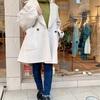 リバー仕立てコートで軽やか防寒。