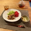 (子供たちはごはん)、生姜焼き、トマトとキャベツの百切り、かぶと揚げの味噌汁