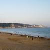 陽が落ちて 夏日の浜に くしゃみひとつ