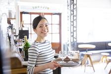 「日払い制度導入」は飲食店の人手不足解消につながるのか。新しい目線の福利厚生について考える。