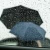 目の前に海が広がる駐車場。雨。