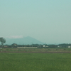 流れるような雲が薄く映る筑波山にたなびく。