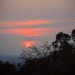 「プノンバケン(Phnom Bakheng)」~密林の彼方に沈みゆく夕陽、サンセットを眺めながら。。。