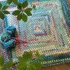 かぎ針編みでグラニースクエアを編みました。ソックヤーンで編むと、色が変わっておもしろい!初心者にもおすすめです。
