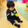 赤ちゃんはとても勤勉に遊ぶ