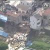 【大阪】25日朝、大阪市西成区の住宅地で、崖の上の住宅1棟がのり面の下に倒壊