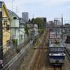 武蔵野を駆ける貨物列車