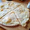 時計とキノコとピザの写真。