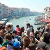 激増する観光客が世界の有名観光地に集中