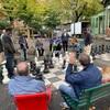 公園ででかいチェスをする人たち