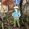 郊外枯野・ほぼ落葉しつくした落ち葉かき集めするバイトくん