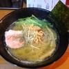 【今週のラーメン1575】 麺屋 鯱 (東京・大久保) 白醤油らーめん