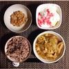雑穀ごはん、煮物、小粒納豆、バナナヨーグルト。