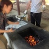 麻炭を入れて焼くと味が良くなる!。 えーーーホント?
