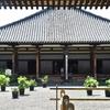 元興寺の夏/もとは蘇我馬子の本格派寺院。飛鳥時代の瓦ばかりか、空海が起居し仏法を学んだ僧坊も残っています。