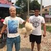 ネパール チトワンホームステイ生活 お隣さんからのプレゼントはニワトリ!!