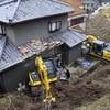 重機が斜面滑り落ち民家破壊、引き揚げの別機も(YOMIURI ONLINE)