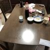 部屋が汚い時は、テーブルくらいは綺麗にしよう