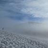雪渓を行く。