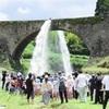 豪快な水のアーチに歓声 山都町の通潤橋