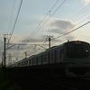 雨上がりの内房線を走るE217系電車