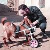 体の不自由な動物のために補助器具を無償でつくり続ける男性の話