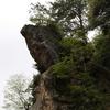 小松市の西尾八景「烏帽子岩」を見守る狛犬がゴツゴツと岩っぽい