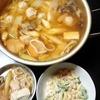 キムチ鍋に鶏つみれ入れる