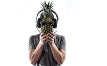 仕事中にヘッドフォンをしている人は、周りからこう見られている!【英語多読ニュース】