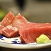 豊洲の「米花」でまぐろ刺身、茄子と万願寺唐辛子のひき肉炒め、焼き永平寺揚げ。