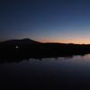夜明け前。最上川の向こうに鳥海山のシルエット。