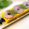 おうちご飯を楽しくアレンジ!押し寿司の木型で作るターメリックライスと赤玉ねぎのおしゃれな一皿