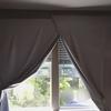 賃貸アパート、ブラインドしかない子どもの寝室を暗くする工夫。