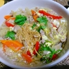 【今日の食卓】ラートナー。タオチオという発酵大豆ベースの味噌様調味料などで味付けしたあんかけ。米粉麺とご飯バージョンがあるが、今日は極細麺のかた焼きそば。そんなの反則だ。一口食べて笑うしかない。すごく奥深い味わい。 Ratna with fried crispy noodle. #タイ料理 #ラーメン