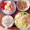 レタスサラダ、キャベツと魚肉ソーセージの炒め物、小粒納豆。