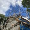 屋根の補強はじまる。大工チームは1日ずっと屋根の上。