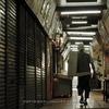 北九州・木造アーケード(4):筑豊商店街,陰翳のシャッター街と木造の架構。