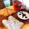 今日の朝食ワンプレート、セサミブレッド、クロワッサン、紅茶、バナナブルーベリーヨーグルト、ヨーグルトドリンク