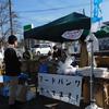 15日、金谷川駅前ひろばでフードバンク。食料を受け取りに170人が訪れました