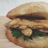 チャバタで蒸し鶏ハーブサンド。