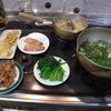 幸運な病のレシピ( 1961 )朝:豚の生姜焼き、卵焼き、ホウレンソウ、鮭、味噌汁、マユのご飯