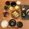 ごはん、カツオのお刺身、(買った)ベビーコーンとオクラの天ぷら、きゅうり、玉子豆腐、わかめの味噌汁