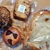 金沢市額谷にあるパン屋こくうで、くるみ入りの食パン、ブルーベリーのマフィン、いちごのタルト、フルーツケイク。