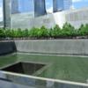 'ニューヨークのメモリアル・パークを行く'911テロ犠牲者を追悼するグラウンドゼロ