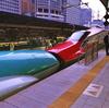 赤と緑の新幹線(東京都千代田区)