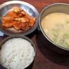 韓国旅行 明洞の『神仙ソルロンタン』。ソルロンタンの有名店だけどキムチも美味しい!白濁スープと熟成キムチのマリアージュがたまらない。