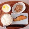 焼き鮭、小粒納豆、ヨーグルト。