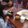 一人前のラーメンと半チャーハンを猛然と食べる4歳…まさか完食する気じゃあるまいな(汗)