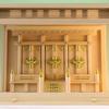 さっぱりした箱型の神棚に最も小さな神具をセットしたときの参考例